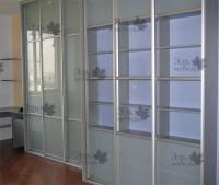 <p> Два книжных шкафа купе. Корпус шкафа-купе выполнен из дсп и пластика. Двери собраны из профиля Раумплюс(Raumplus), стекла, пластика. Внутренне наполнение - ЛДСП.</p>