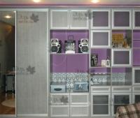 <p> Встроенный мебельный гагнитур в гостиную. Гарнитур выполнен из ЛДСП Еггер Евродекор, двери шкафа купе - Раумплюс (Raumplus) с наполнением ДСП и зеркало.Распашные фасады в обрамление ламинированного МДФ профиля.</p>