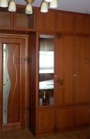 <p> Встроенный шкаф в гостиную. Шкаф удобно располагается от стены до стены. Антресоль над дверью, что помогает рационально использовать объем комнаты. Материалы:ЛДСП, сталь, стекло.Фото галерея мебели.Мебель из ЛДСП EGGER.Шкафы-купе Командор фото.Шкафы-купе Раумплюс.Изготовление мебели на заказ.</p>
