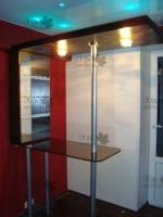 <p> Барная стойка и бар для гостиной. Основание бара - ЛДСП. Столешница - стекло триплекс &quot;волос ангела&quot;. Стойки - хромированная сталь.Фото галерея мебели.Мебель из ЛДСП EGGER.Шкафы-купе Командор фото.Шкафы-купе Раумплюс.Изготовление мебели на заказ.&nbsp;&nbsp;</p>