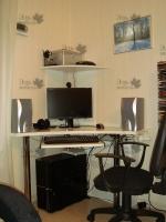 <p> Угловой компьютерный стол. Стол выполнен из ЛДСП Еггер. Удобная угловая полка для принтера. Выдвижная полка для клавиатуры. Хромированные стальные ножки для поддержания столешницы.<br /> Стол на заказ.</p>