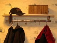 <p> Полка с вешалом для одежды в прихожу. Полка выполнена из ЛДСП Еггер. Вешало из хромированной стали несет на себе 11 крючков для одежды.<br /> Полка на заказ.</p>