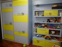 <p> Шкаф купе для детской комнаты с полками и тумбой.</p>