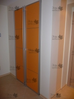 <p> Встроенный шкаф с распашными рамочными фасадами из алюминиевого профиля.</p>