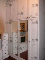 <p> Шкаф с комодом в гостиной.</p>