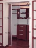 <p> Гардеробная комната с раздвижной дверью,из стеллажной системы.</p>