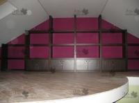<p> Обустройство мансарды под косой потолок массивным стеллажом.</p>