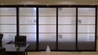 <p> Раздвижная перегородка из массива с матовым стеклом в офис,кабинет.</p>